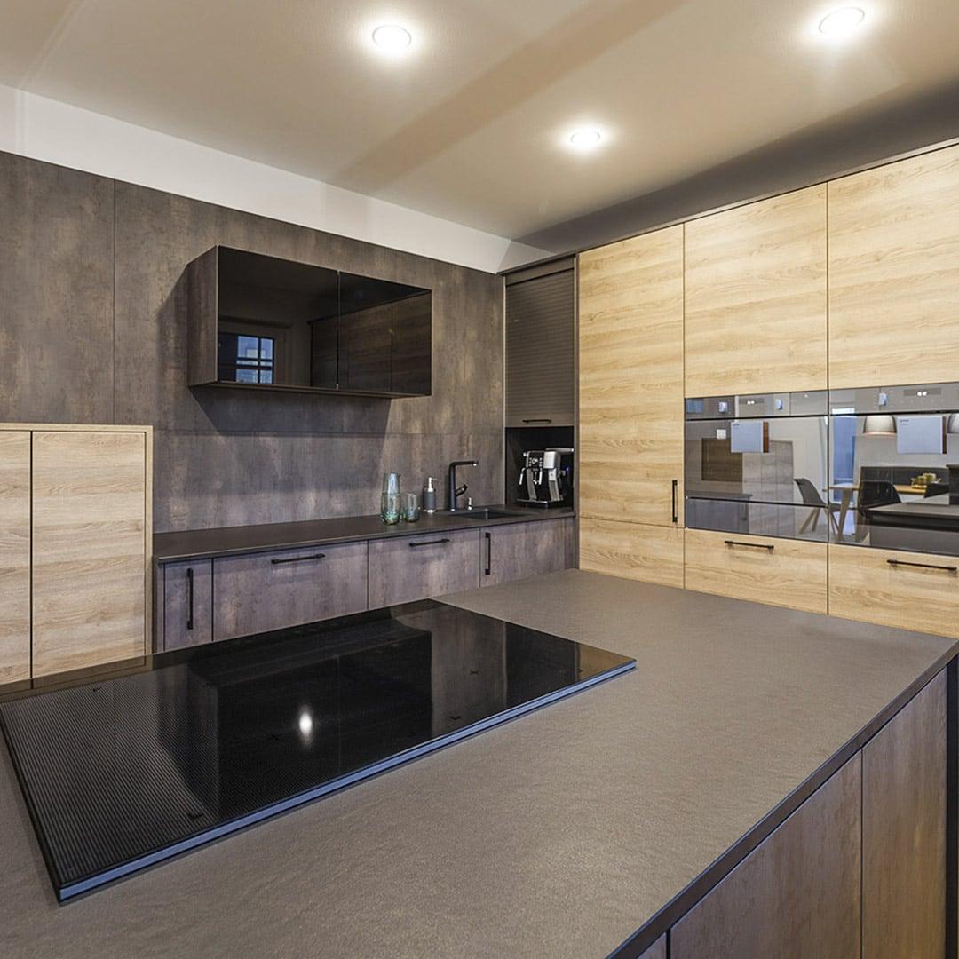 Moderne Materialien in der Designerküche machen diese einfach zum Sauberhalten