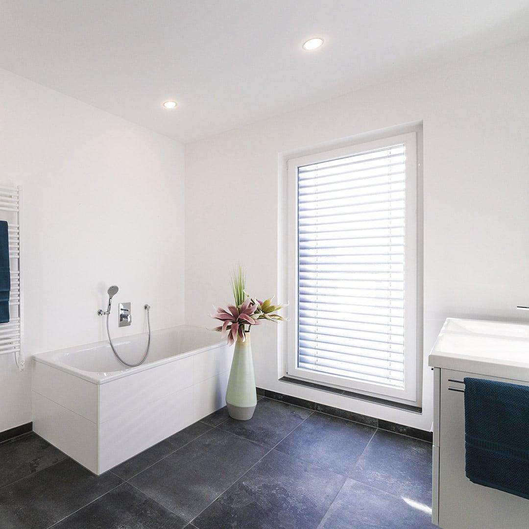 Großzügiges und helles Badezimmer mit Designer-Ausstattung