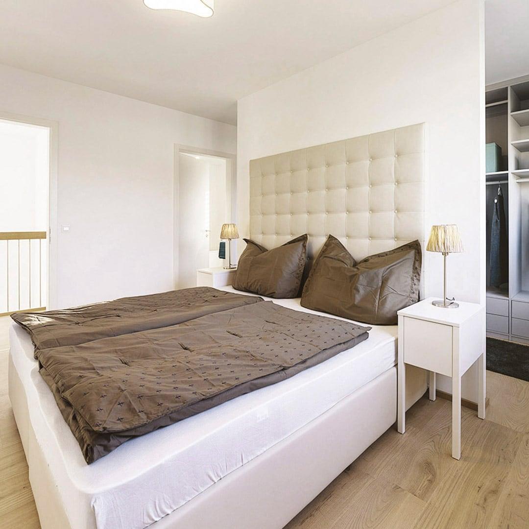 Moderne Raumaufteilung: Schlafzimmer mit begehbarem Kleiderschrank