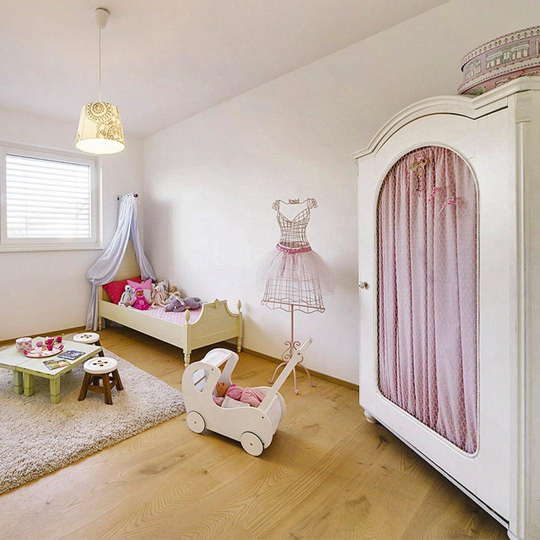Helle Kinderzimmer mit viel natürlichem Licht