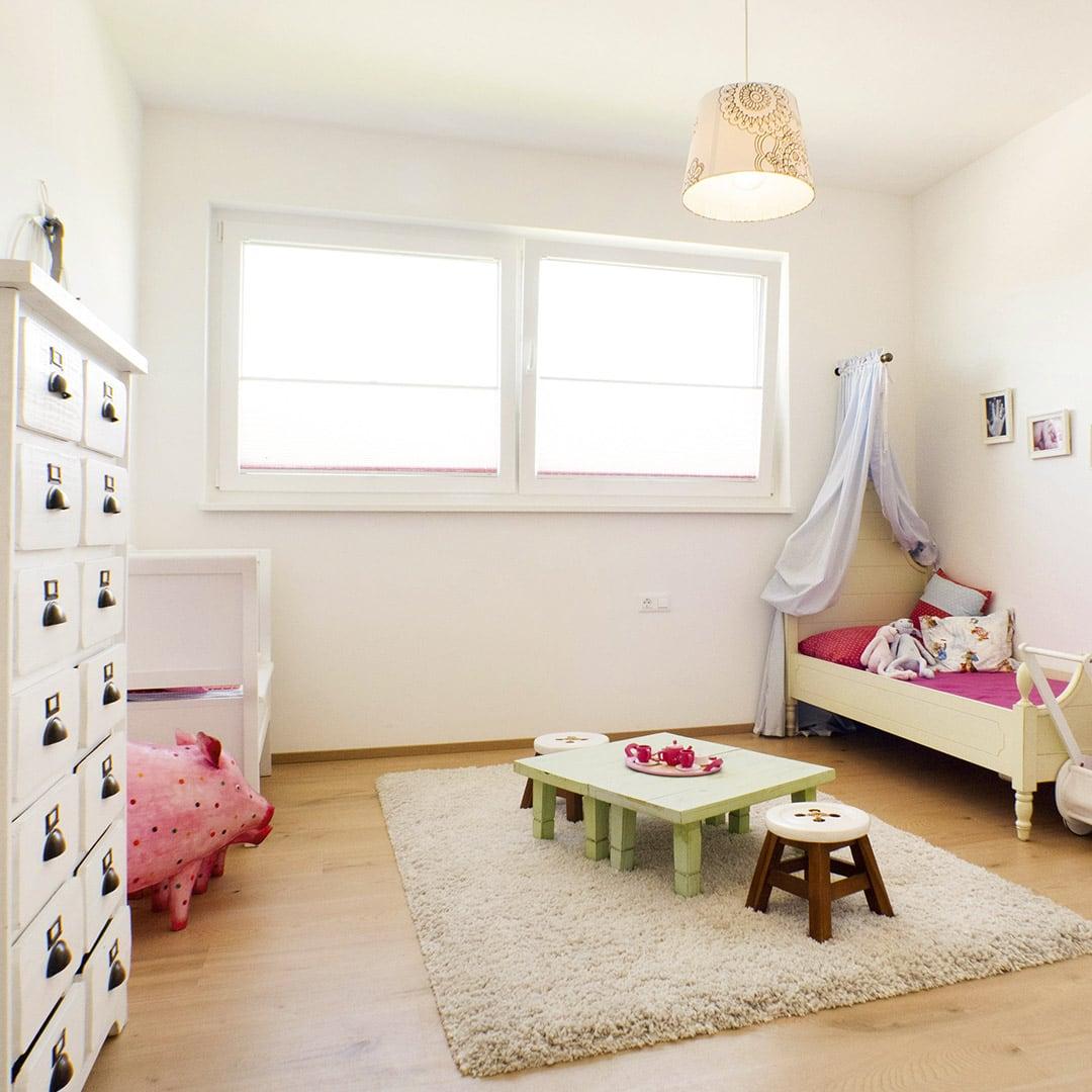 Viel natürliches Licht sorgt für eine gemütliche Atmosphäre im Kinderzimmer