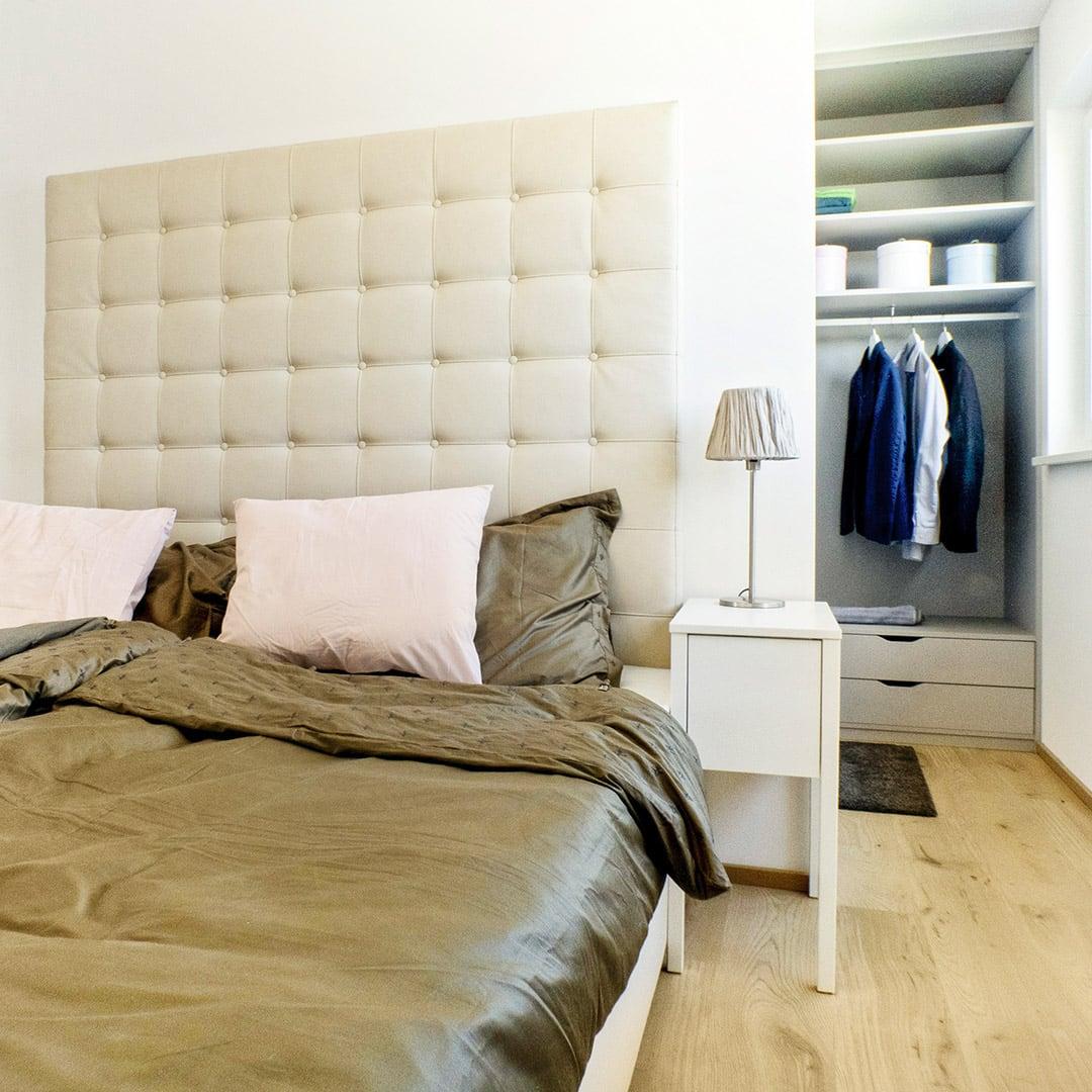 Der begehbare Kleiderschrank sorgt immer für ein aufgeräumtes Schlafzimmer
