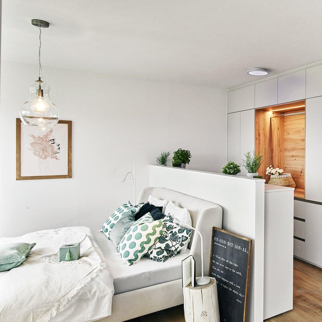 Abgegrenzte Schrank-Nische hinter dem Bett