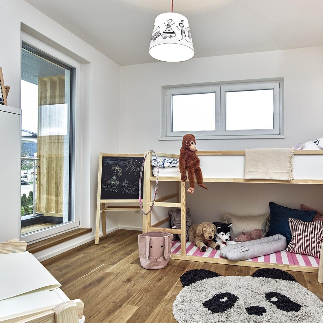 Stylisches Kinderzimmer mit Balkonzugang