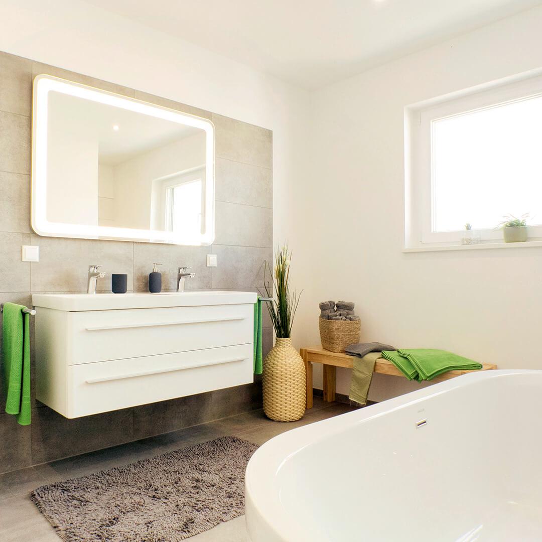 Helles Badezimmer mit viel natürlichem Licht