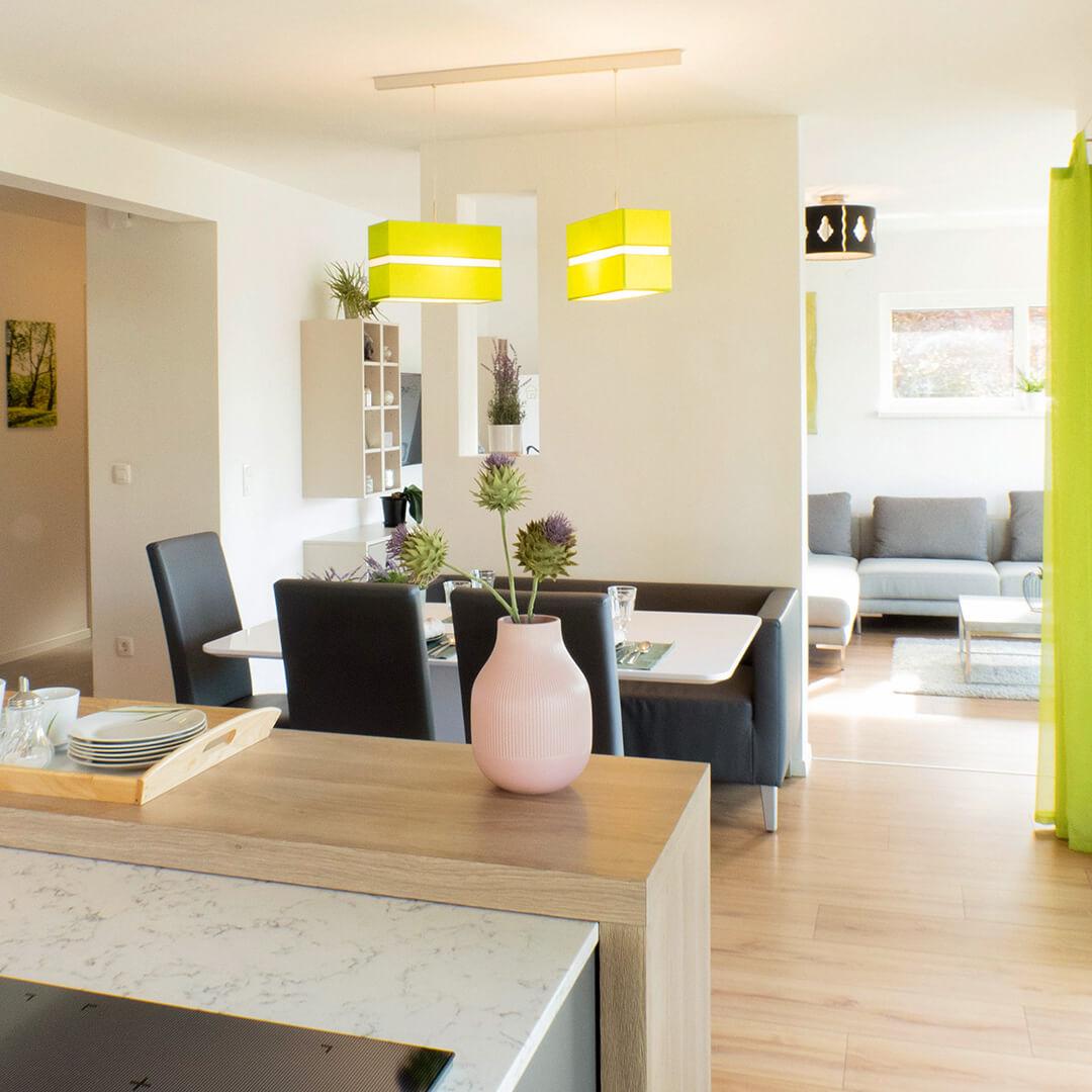 Luftiges Wohn-/Esszimmer mit viel natürlichem Licht sorgt für eine gute Atmosphäre