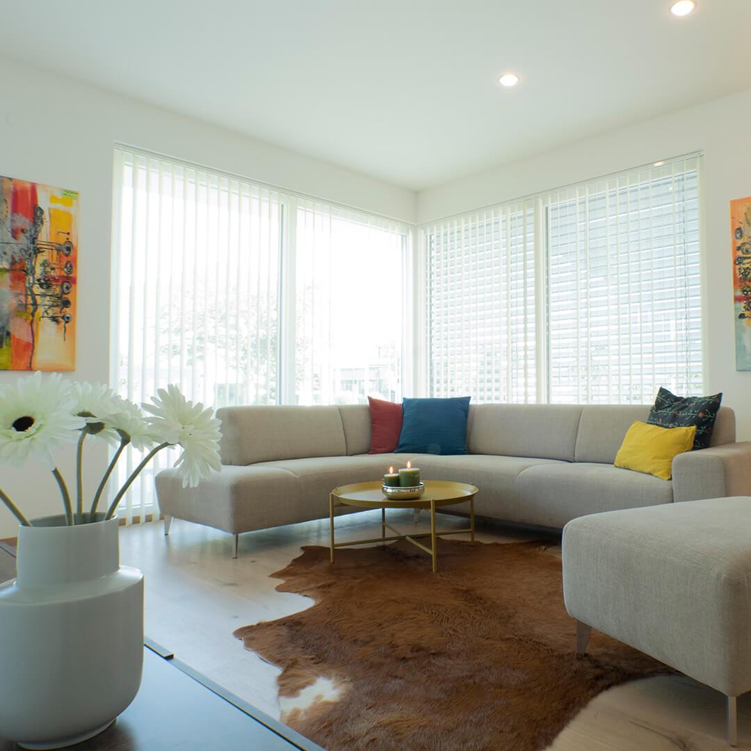 Viel natürliches Licht durch großzügige Eckverglasung im Wohnzimmer.
