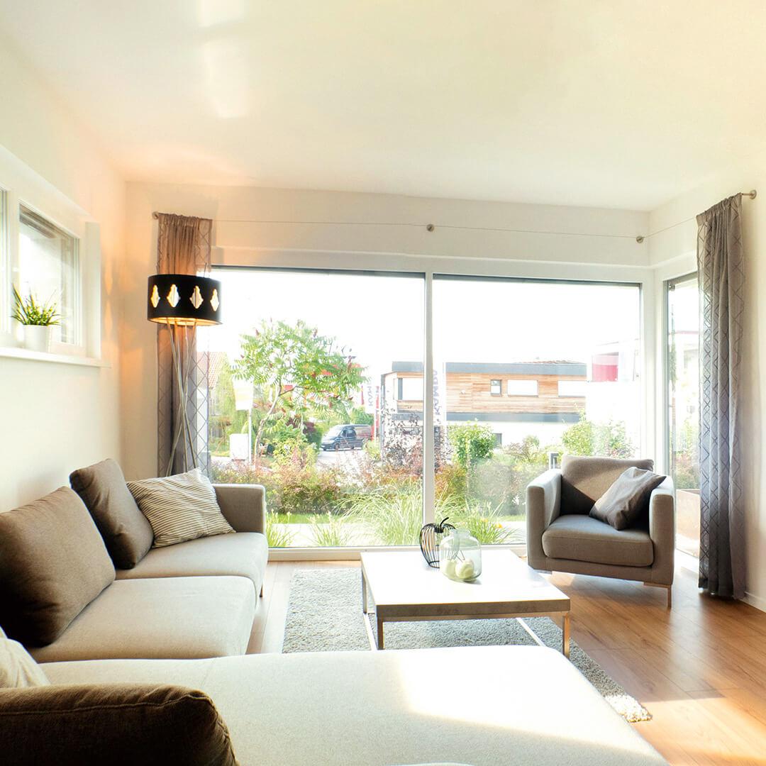 Viel natürliches Licht im Wohnzimmer mit großzügiger Verglasung