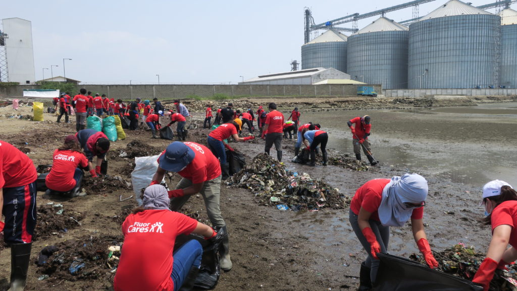 EMPLOYEE-VOLUNTEERS FROM Fluor Daniel Inc., Philippines (FDIP) collect and clear the trash littering the one-hectare area coastline of Barangay South Poblacion in Naga City, Cebu.