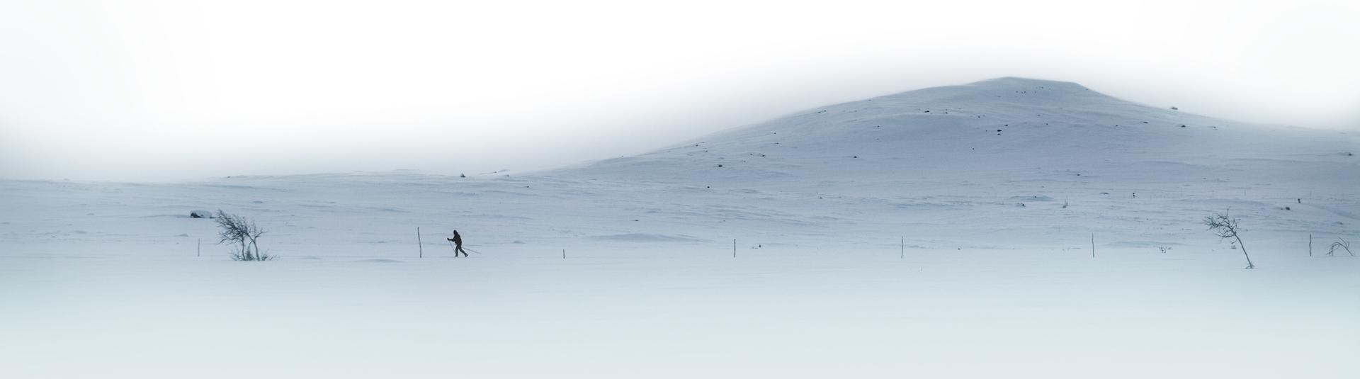 langrennsløper på tur på med vinterlandskap i bakgrunnen