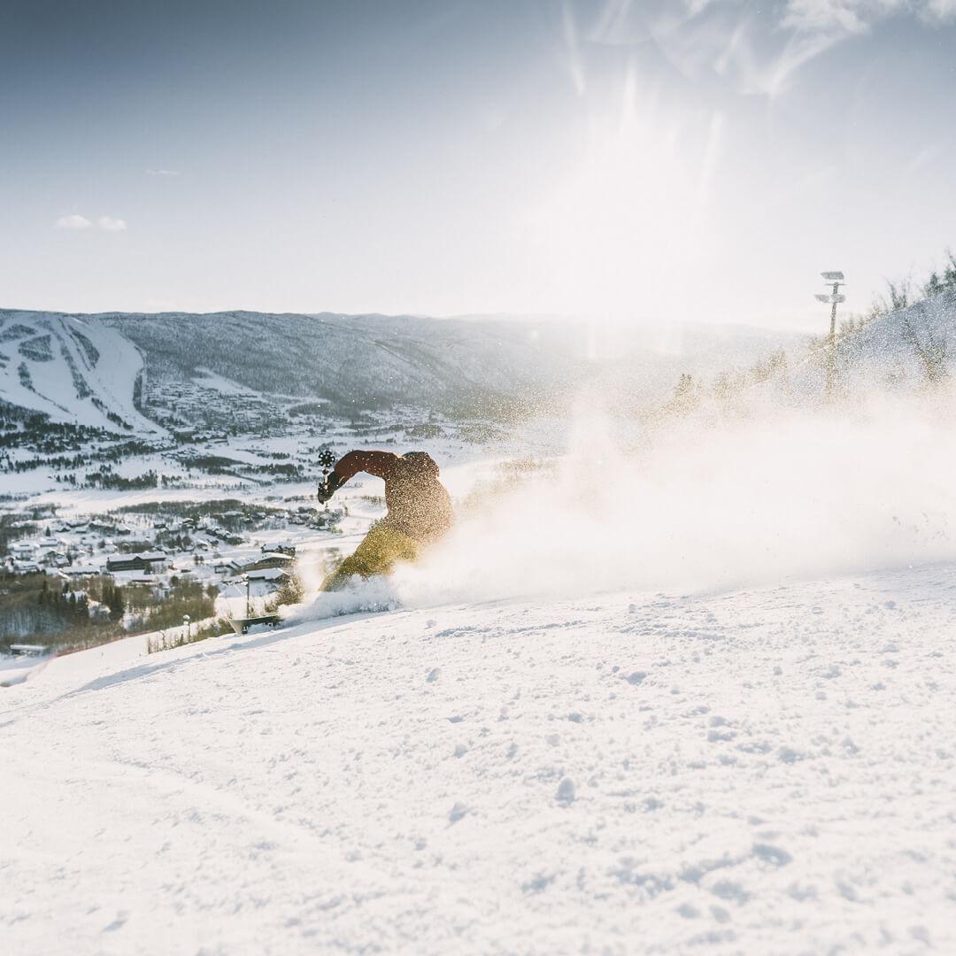 alpinkjører i stor fart i bakken