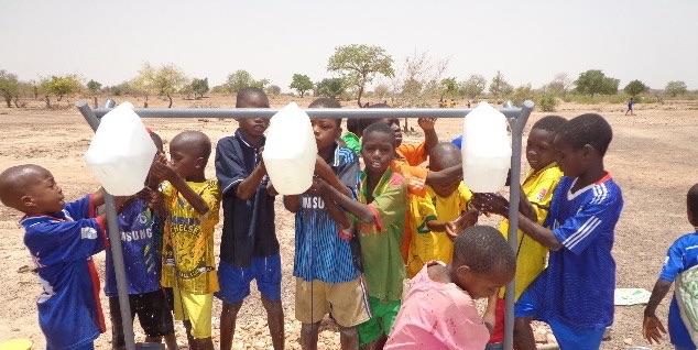 Skolebarna gjør seg klar til å spise mat som de selv har dyrket i skolehagen