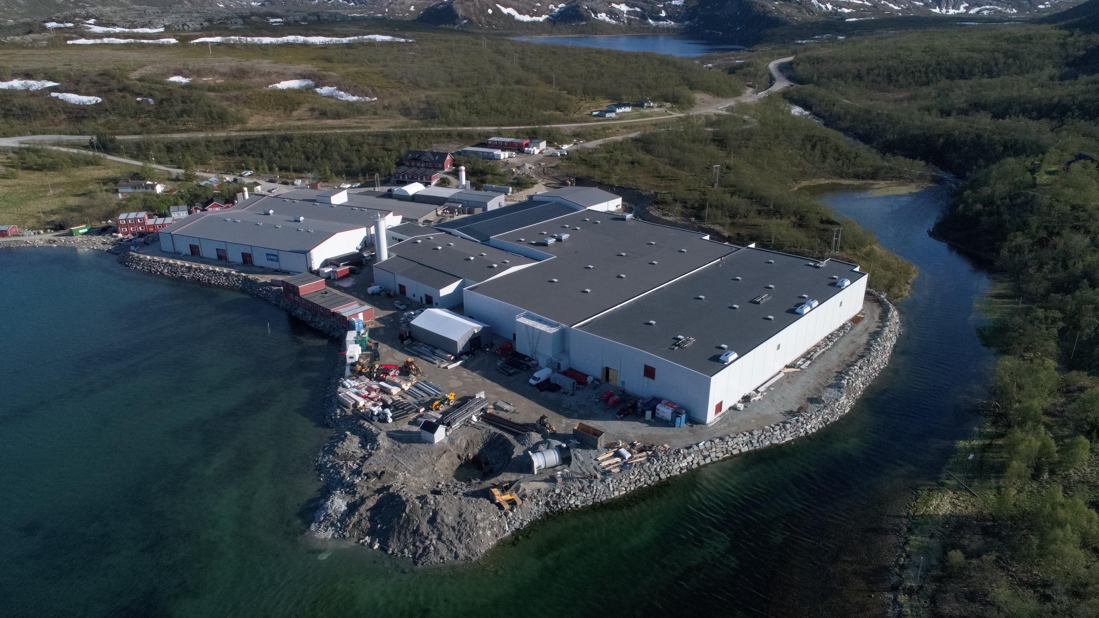 Lerøy Laksefjord sitt produksjonsbygg i Finmark plassert i flotte omgivelser med fjell og vann rundt