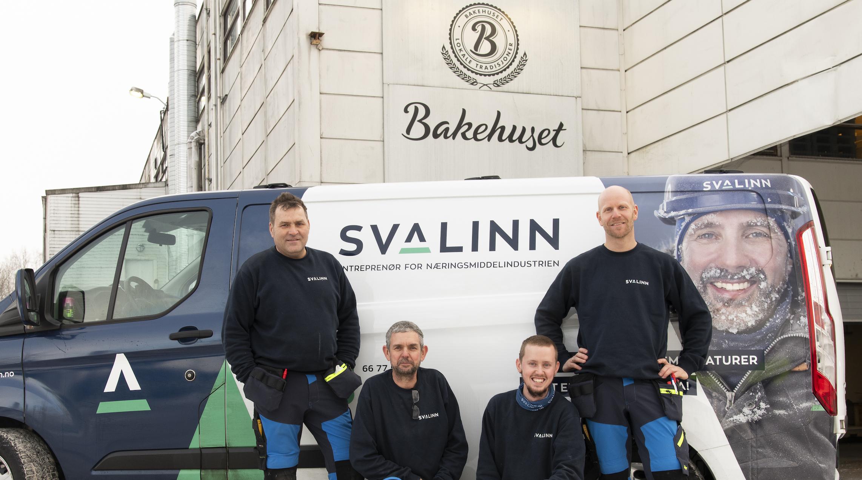 Fire montører foran Svalinn profilert bil. Står foran Bakehuset sine lokaler på Furuset i Oslo.