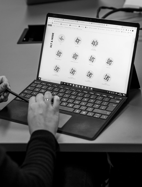ビジネスソリューションのためのDLTの統合、DLTとノードアイコンを表示するコンピューター画面のクローズアップ