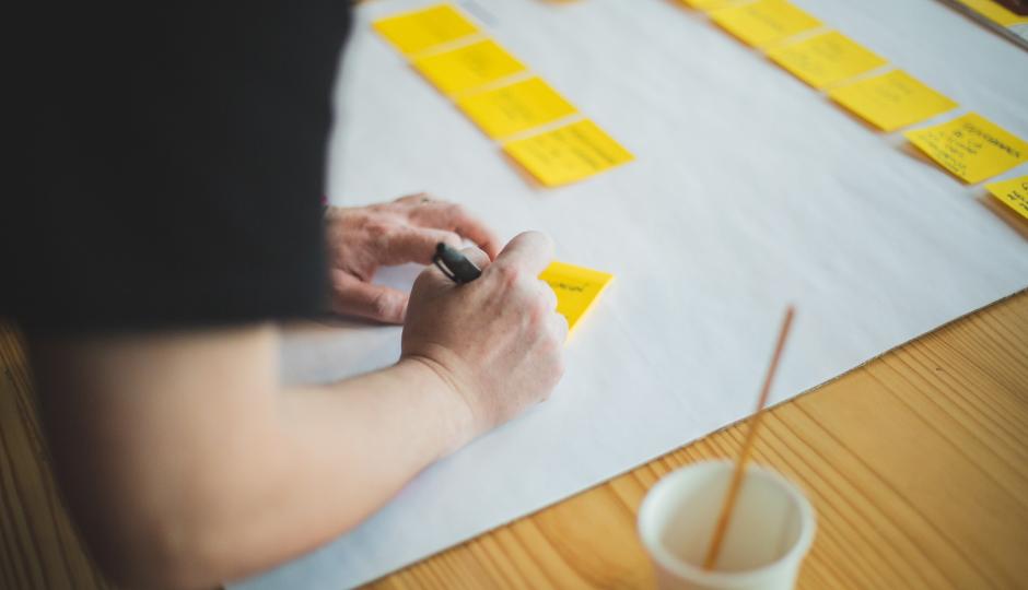 A man writting his ideas at a workshop