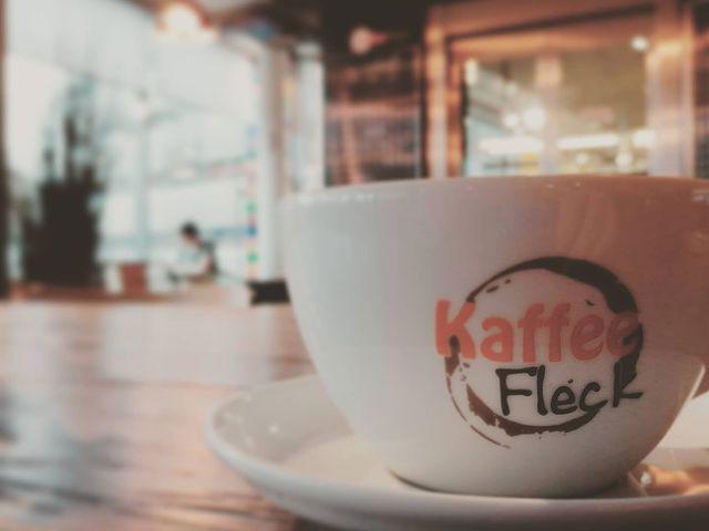Kaffeetasse im Kaffeefleck