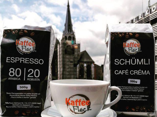 Kaffee und Tasse im Kaffeefleck