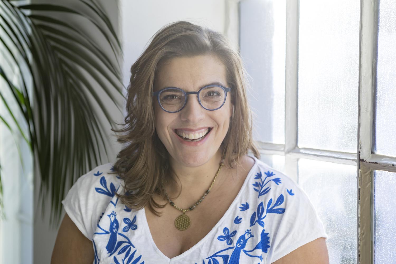 Ein Portrait von Nicole Lenner (ehemals Kabisch) in einem weiß-blauen Oberteil.