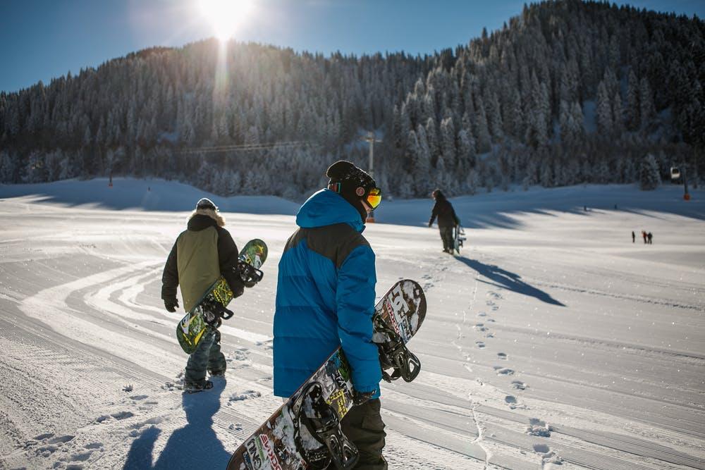 Skifahren mit Freunden im 4-Täler-Gebiet in der Schweiz