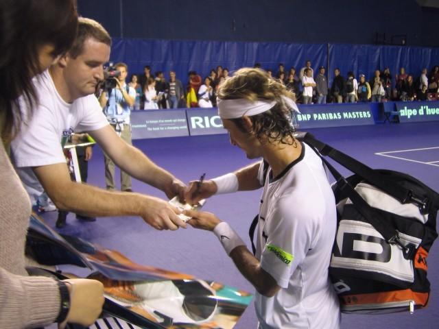 Tennisstar beim Autogrammkarten schreiben - Quelle Envato