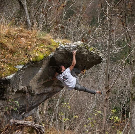 Bouldern geht der Profi-Kletterer auch gerne an Felsen auf der ganzen Welt. / Foto: Elias Arriagada Krüger