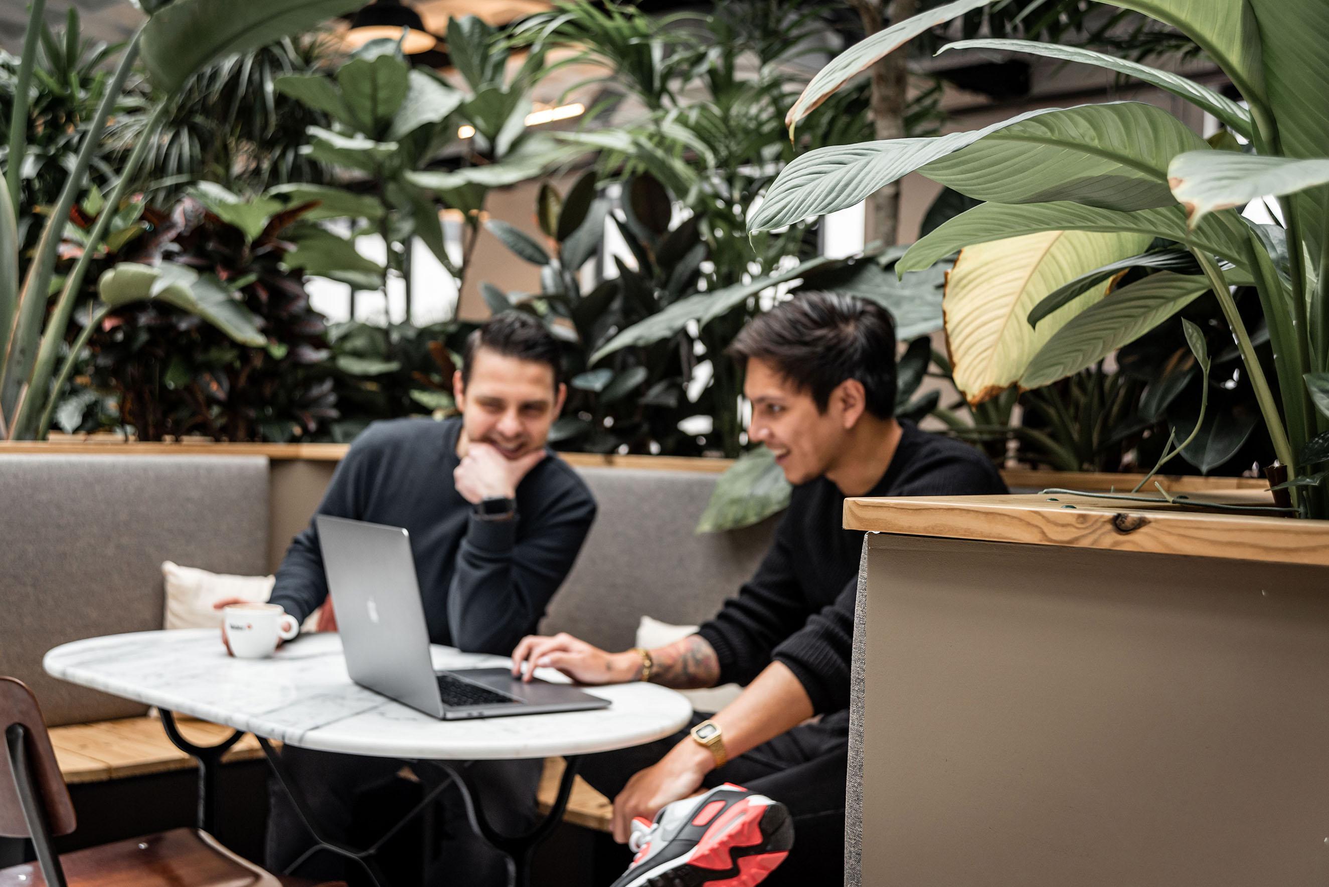 Makerlab collega's Hakki en Alex werken samen in de kantoorjungle