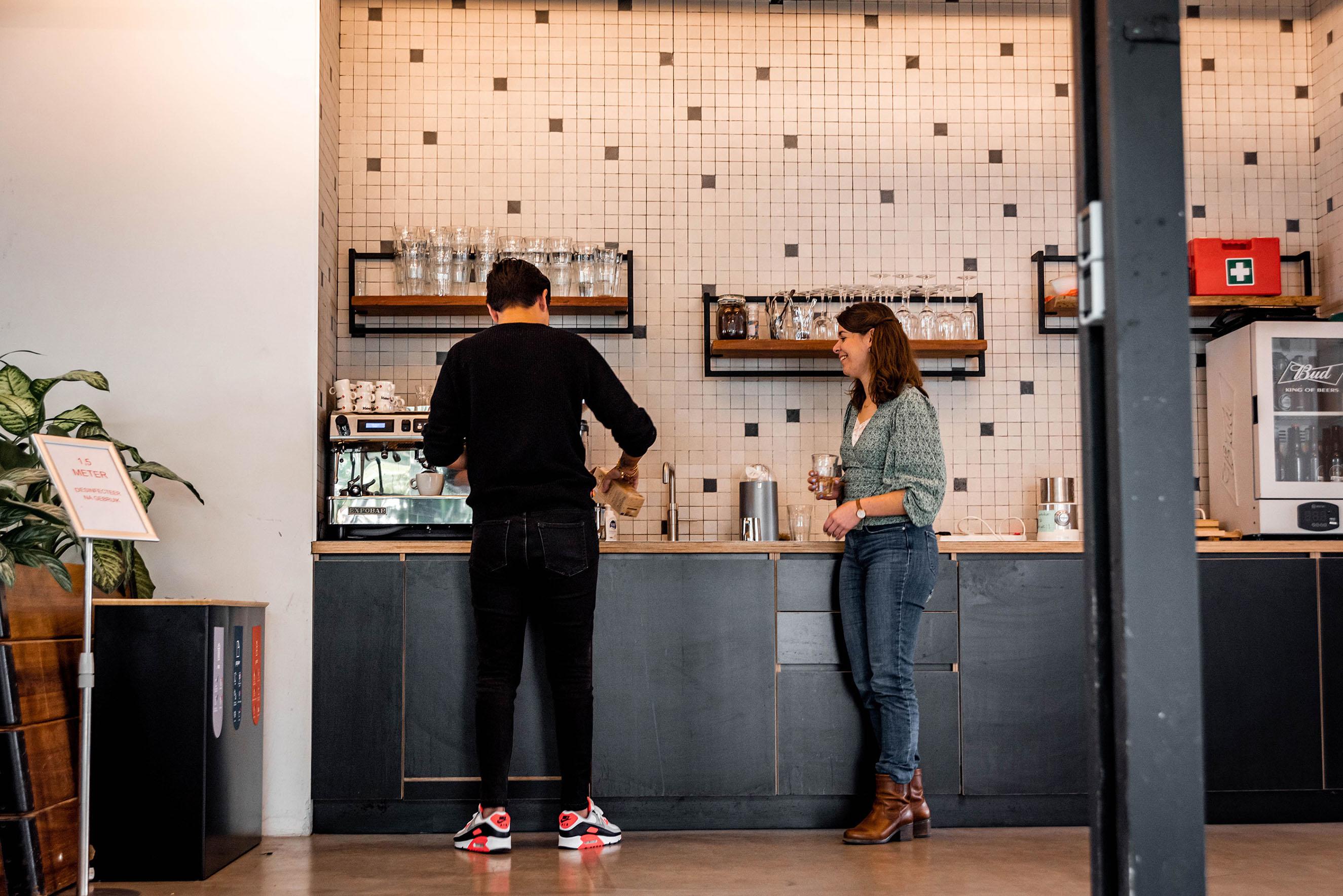 Makerlab koffiebar, twee collega's drinken koffie