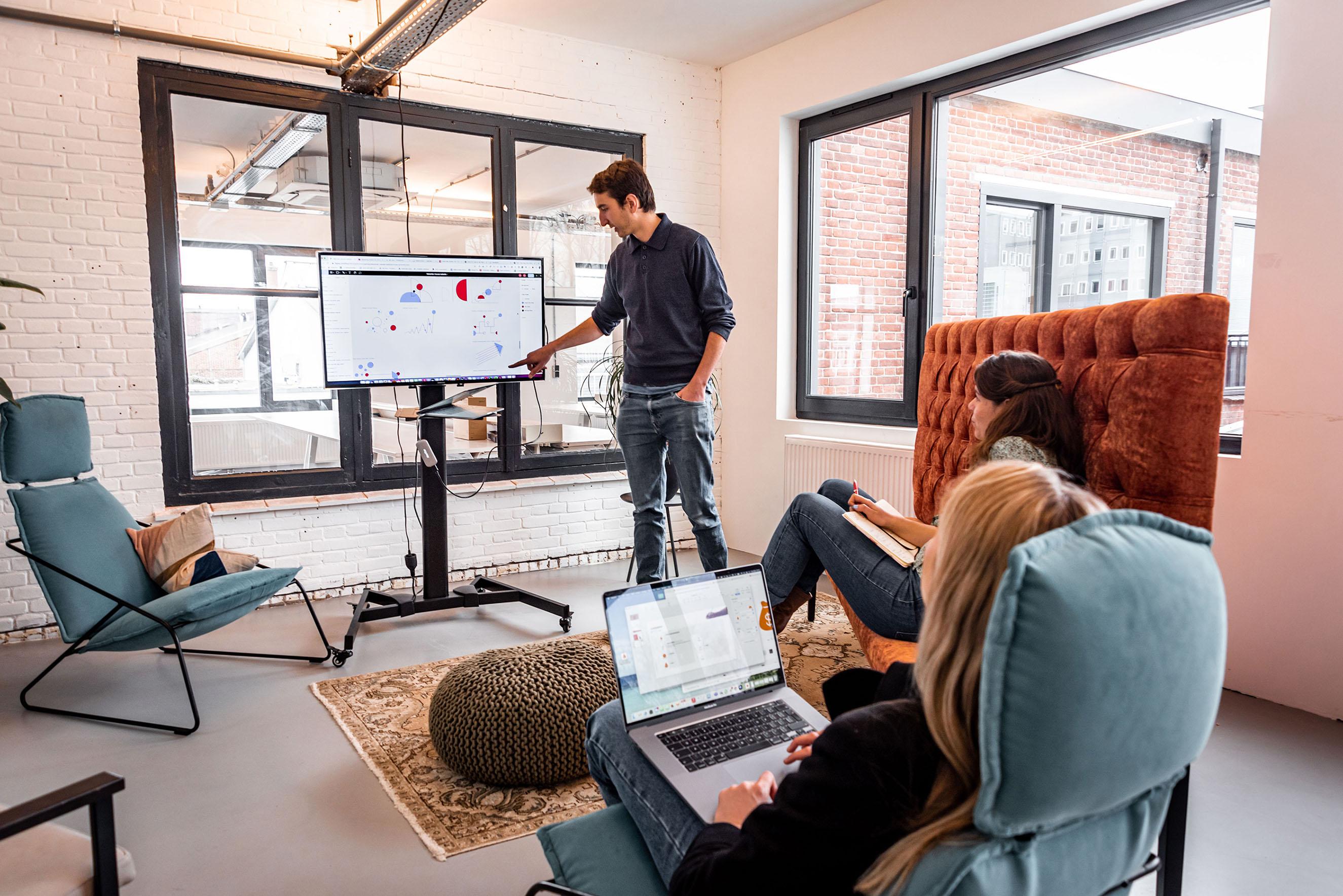 Makerlab, collega Jip legt iets uit aan de hand van een scherm