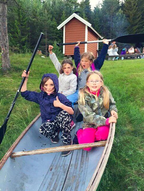 Barn i en menighet som leker i en båt
