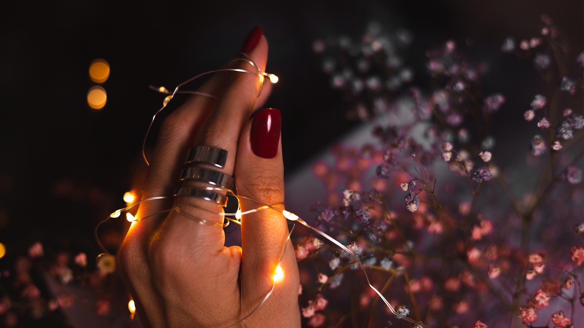 Woman holding lights - Nagelstudio Graz N!nails