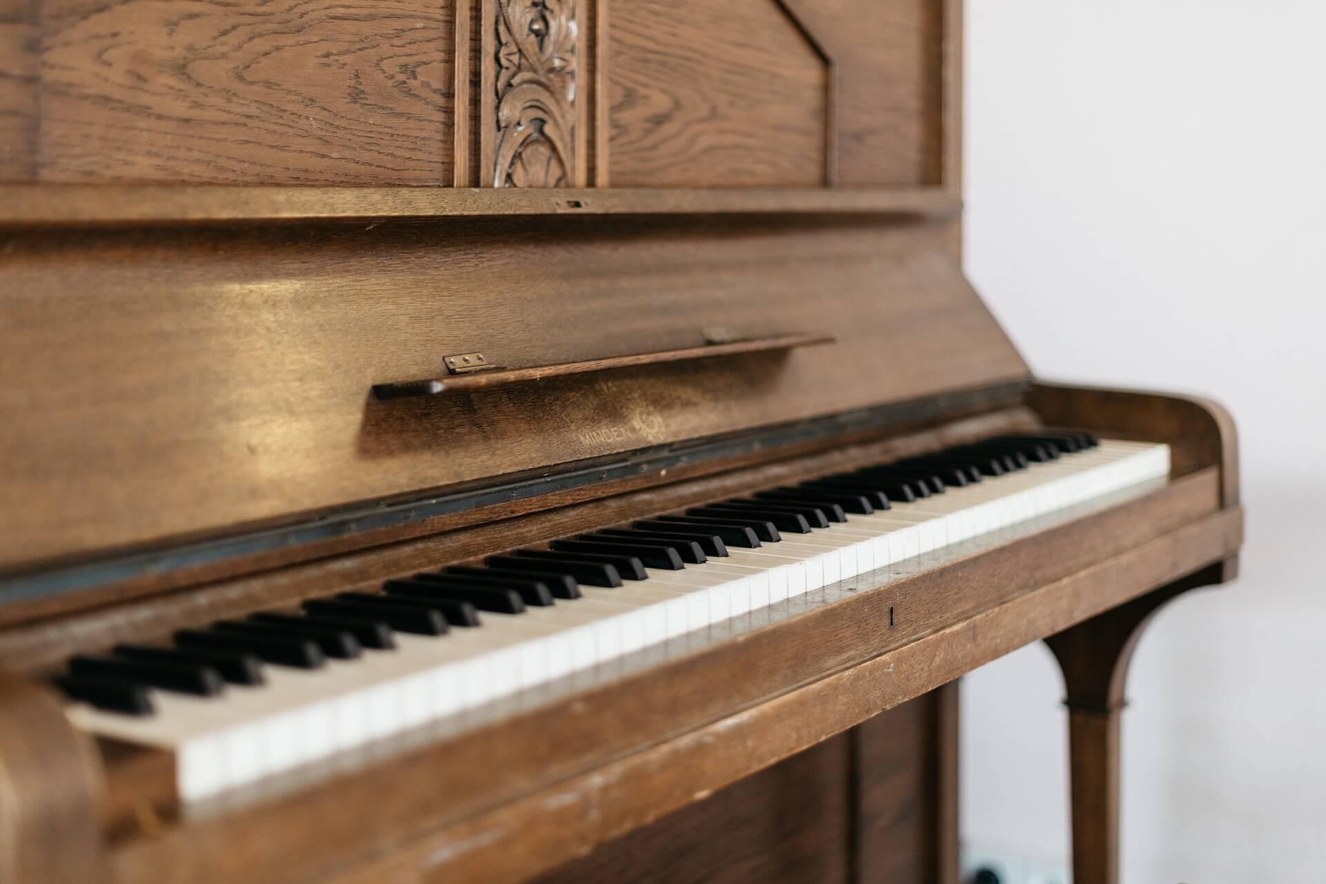 Piano avec une serrure sous le Do du milieu - le Do serrure.