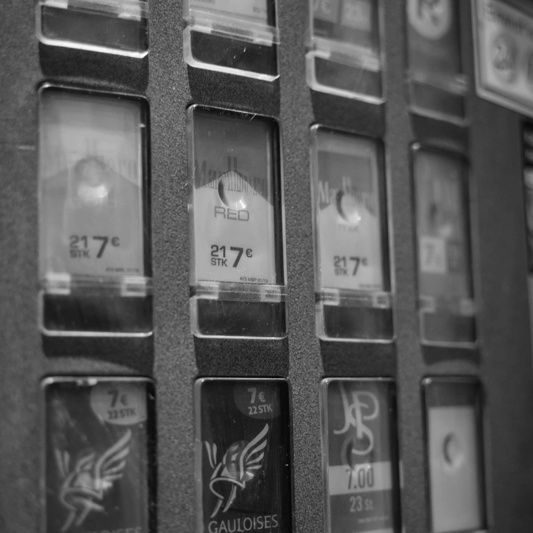 Retro Zigarettenautomat in Schwarz-weiß