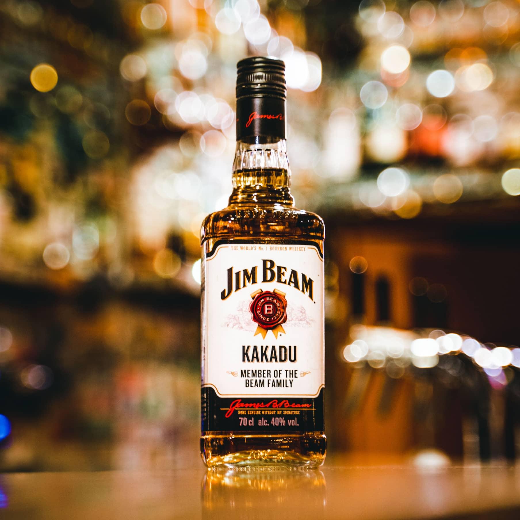Flasche Burbon auf der Theke