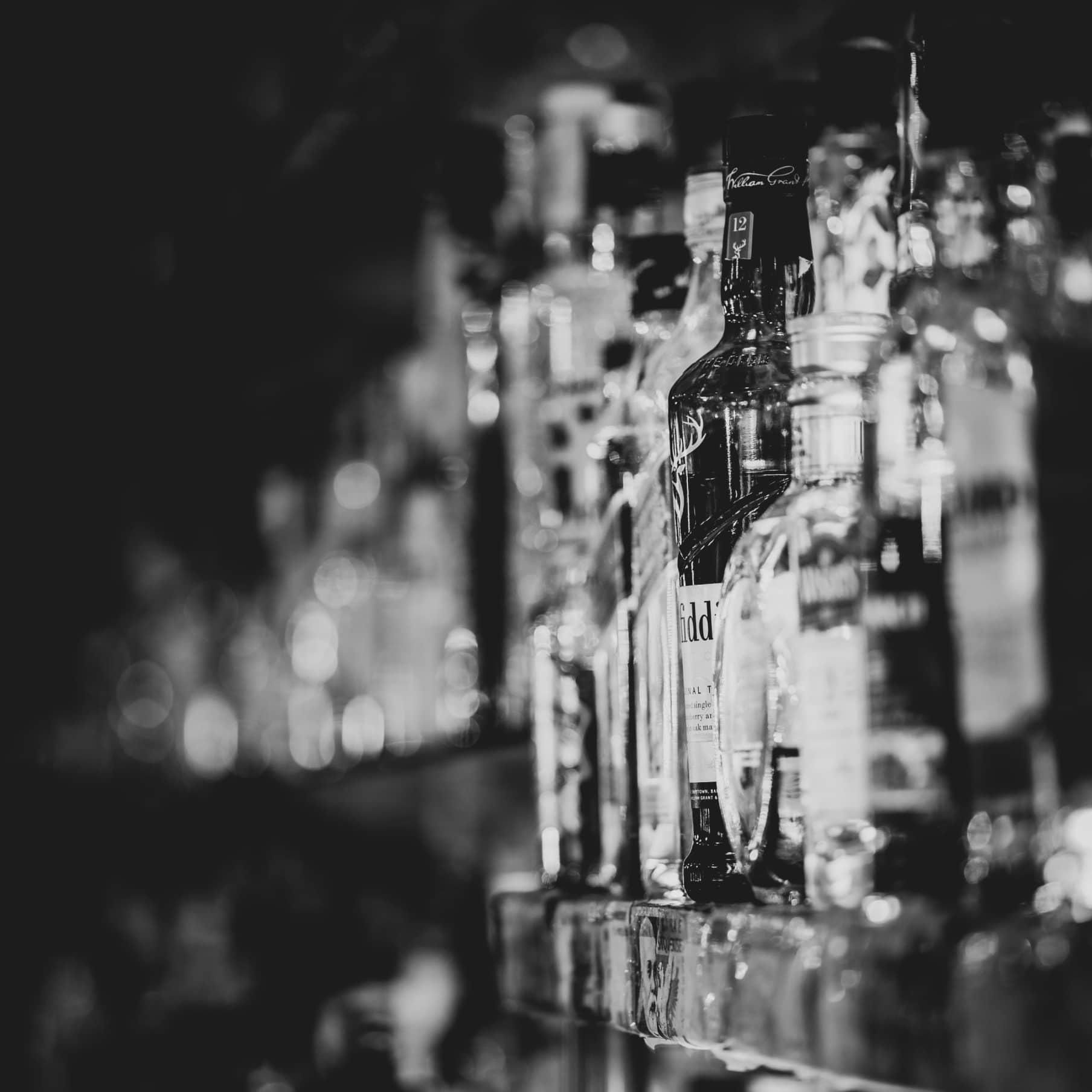 Bar Frontansicht in schwarz-weiß
