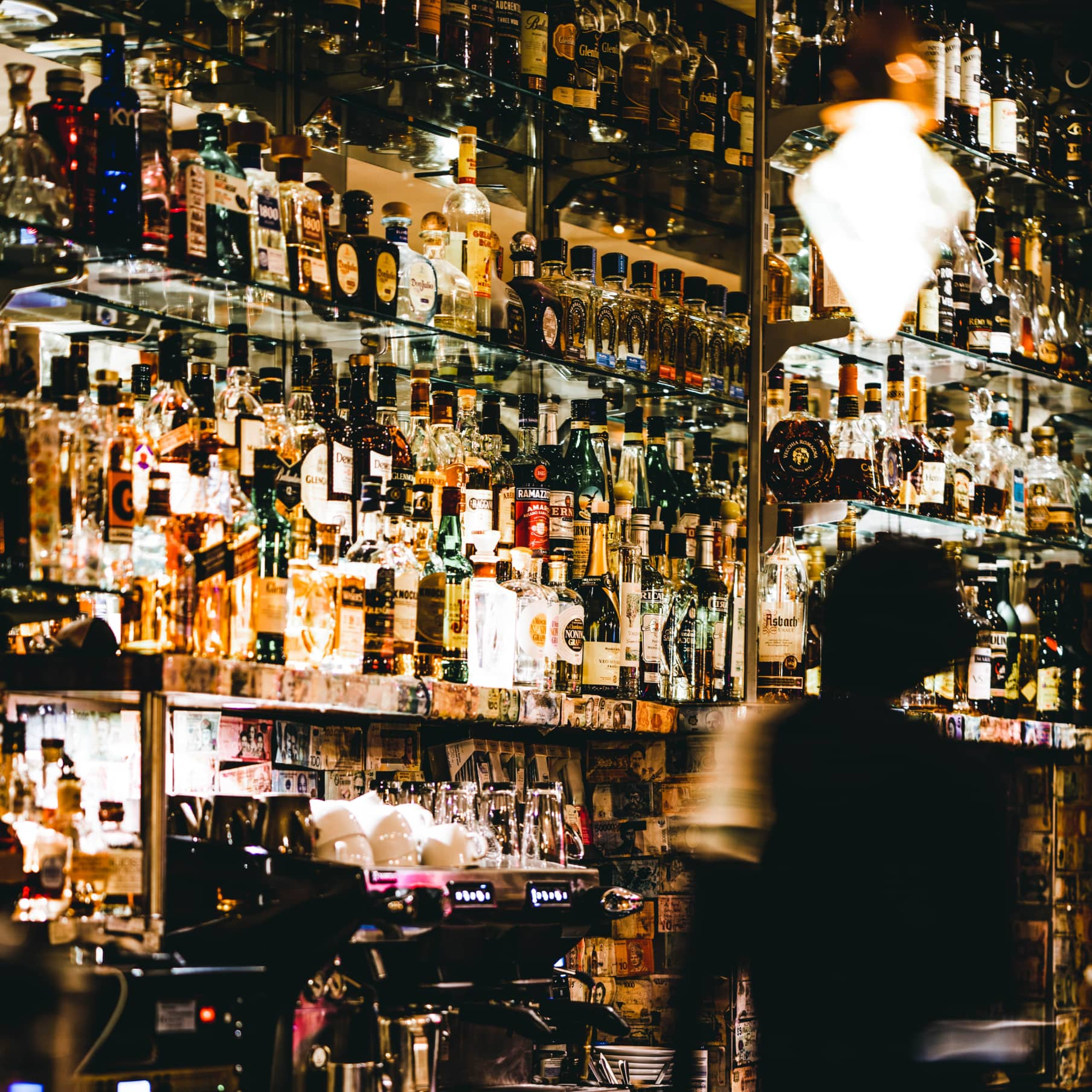 Bar mit Barkeeper im Kakadus Frankfurt