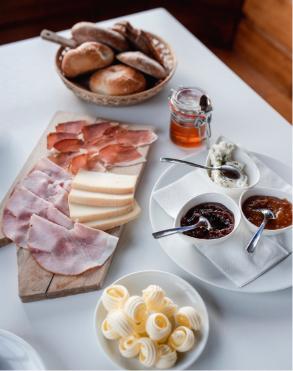Frühstück mit selbstgemachter Butter und Marmeladen