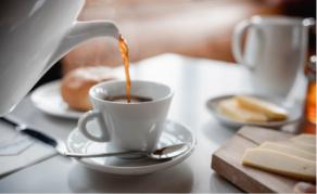 Frischer Kaffee aus einer Kanne gegossen
