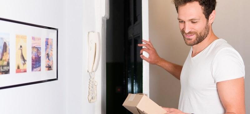 Mann empfängt Paket an der Tür