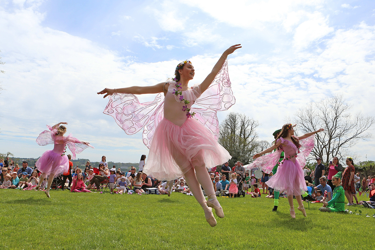 Event Photography by Jenny Matthews Photography, acrobat entertains children at Drogheda Arts Festival, Beaulieu House and Gardens