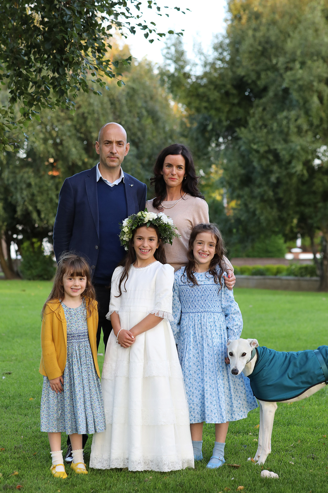 Communion girl with her family and dog by Jenny Callanan Photography