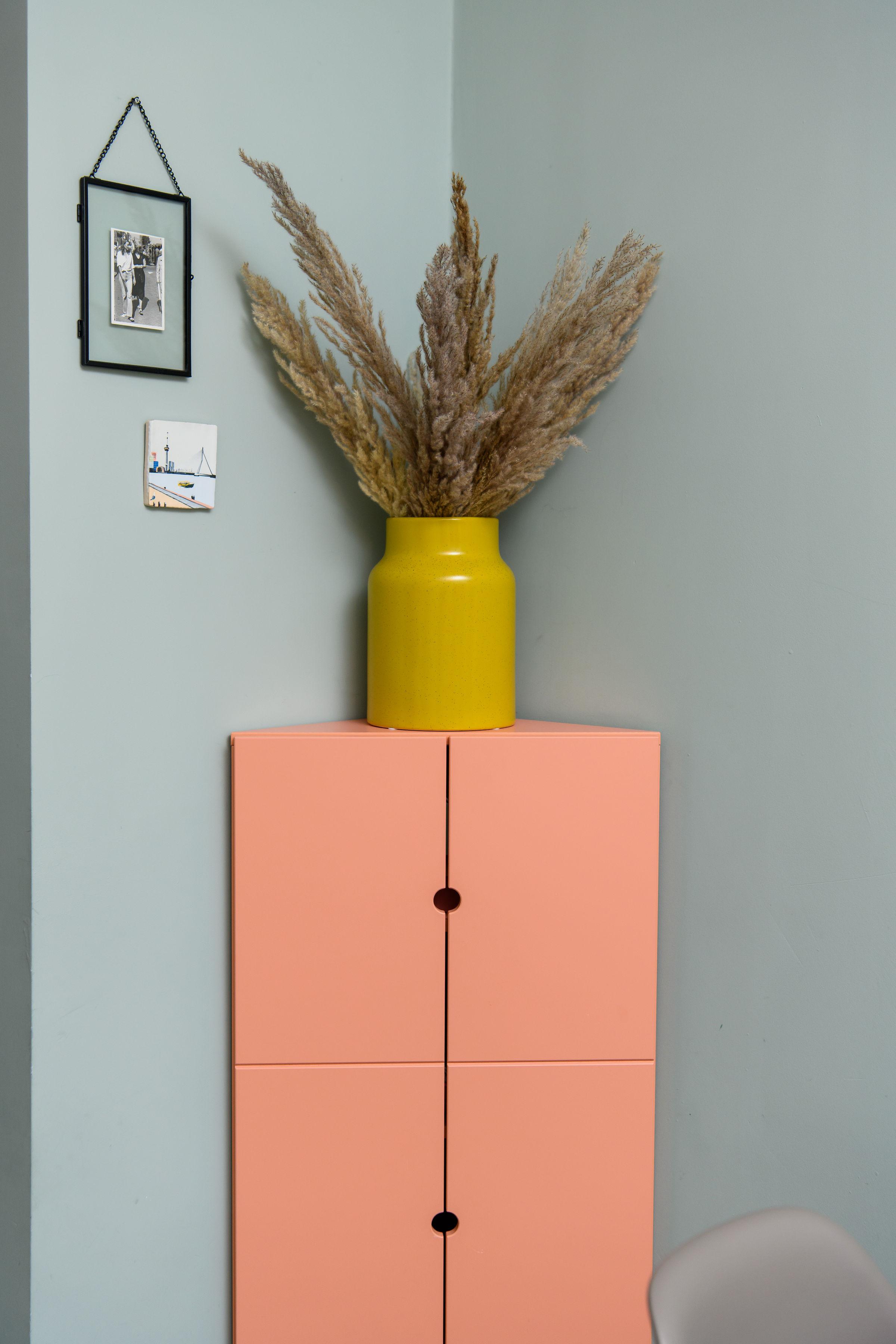 pastel interieur met een roze hoekkast