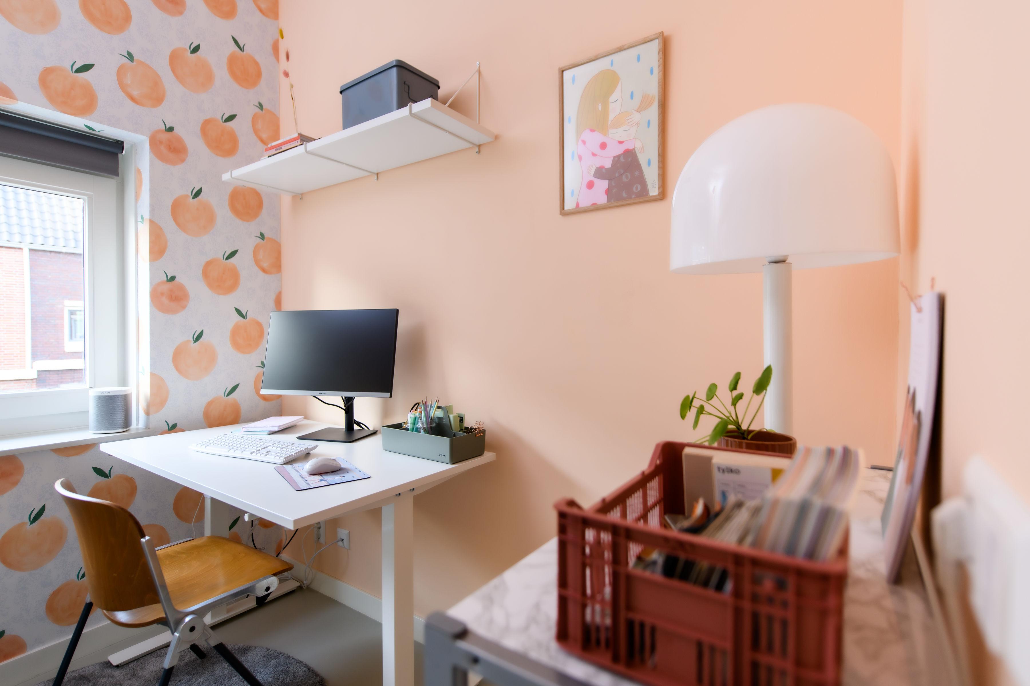 Thuiskantoor met behang van Roomblush en ikea bureau