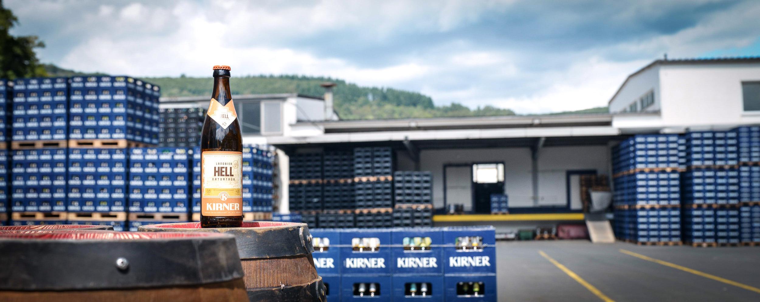 Unsere helle untergärige Bierspezialität enthält durch seine naturbelassene Herstellung alle wertvollen Inhaltsstoffe, die beim Brauen entstehen. Der malzig-süffige Charakter mit dezenter Hopfung entfaltet im Antrunk sein volles Aroma.