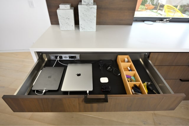Docking Drawer example showing two connected Macbooks and gadgets