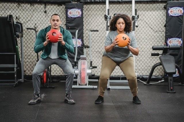squats holding ball
