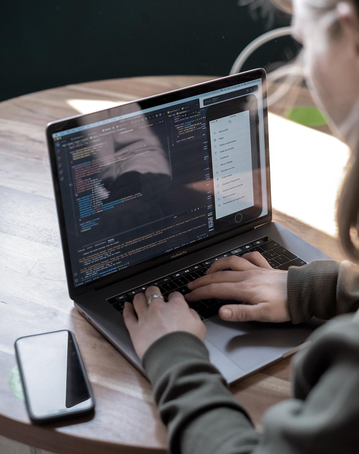 Un collaborateur écrit du code