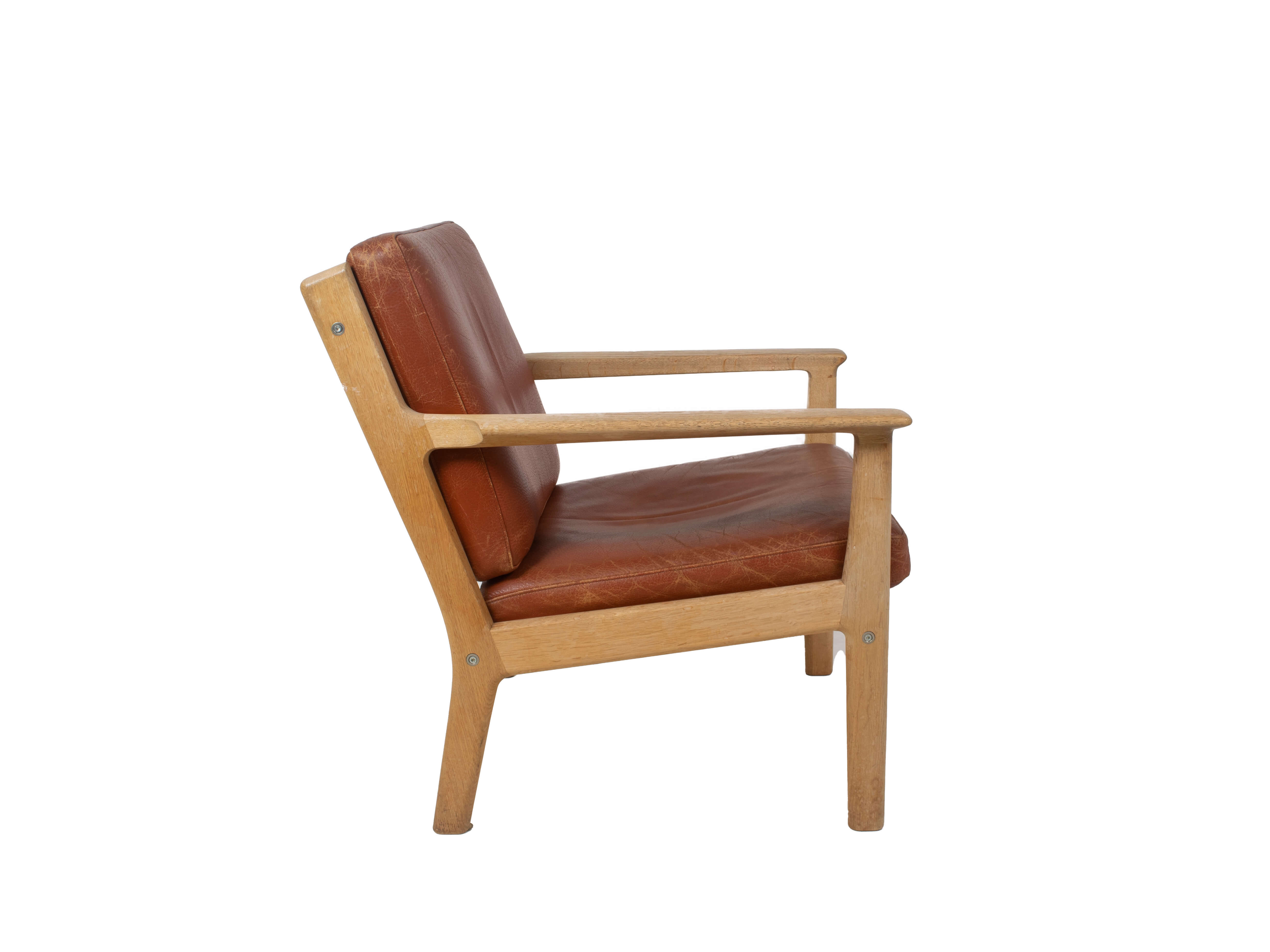 Side view Hans Wegner Arm Chair by Getama Model 265 in Oak and Leather, 1987
