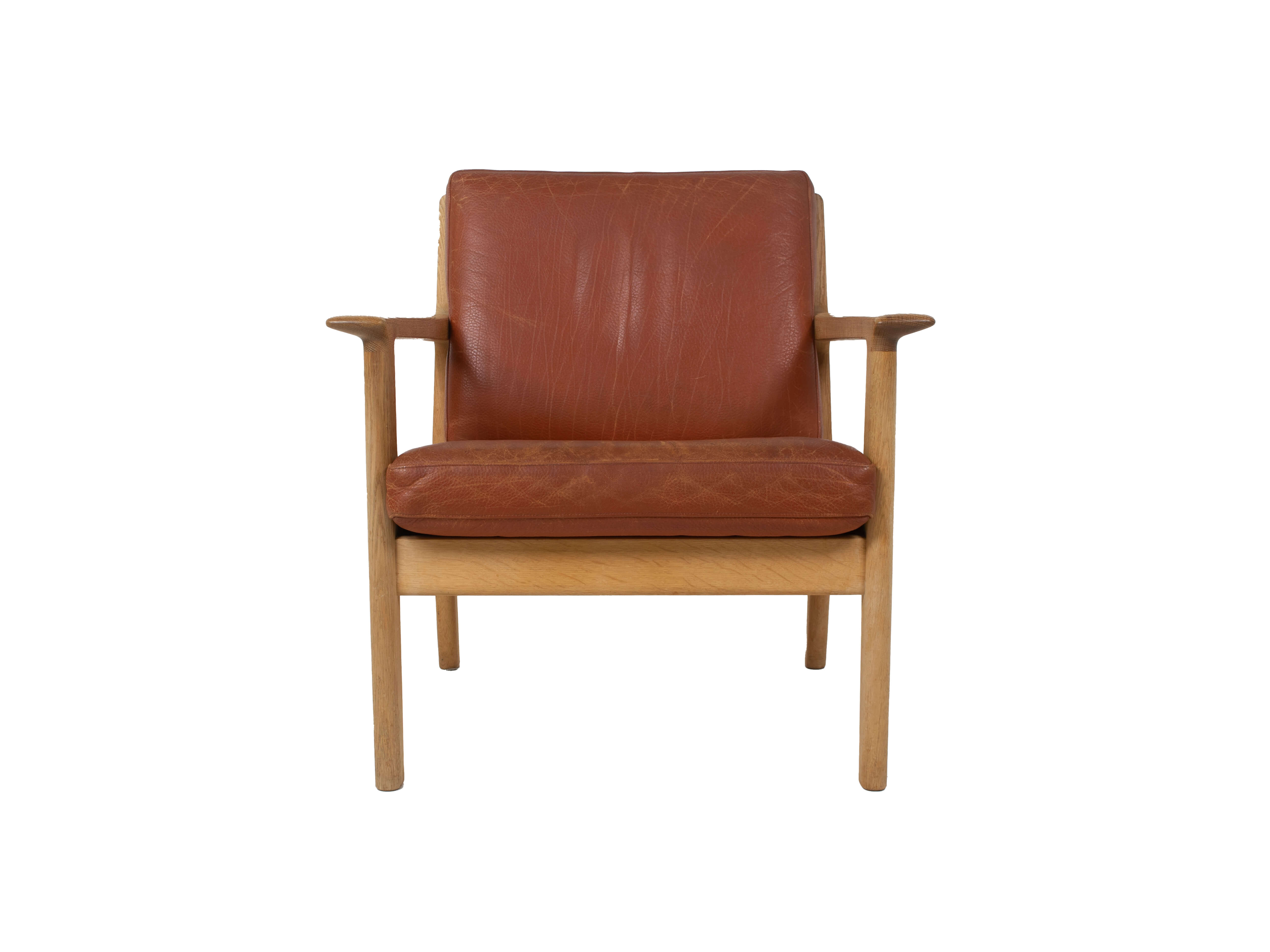 Front view Hans Wegner Arm Chair by Getama Model 265 in Oak and Leather, 1987
