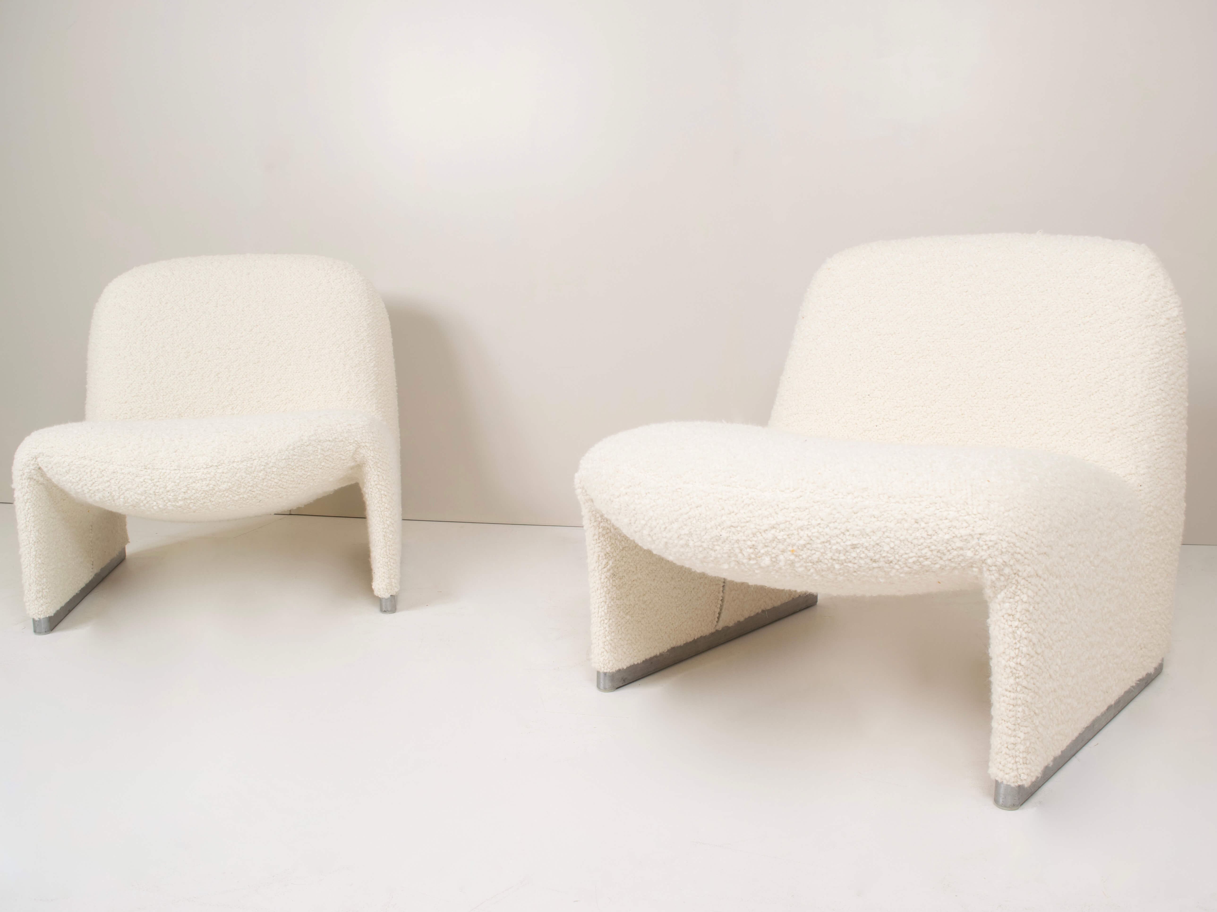 Front view set of Two Alky Chairs by Giancarlo Piretti for Artifort in Bouclé Fabric